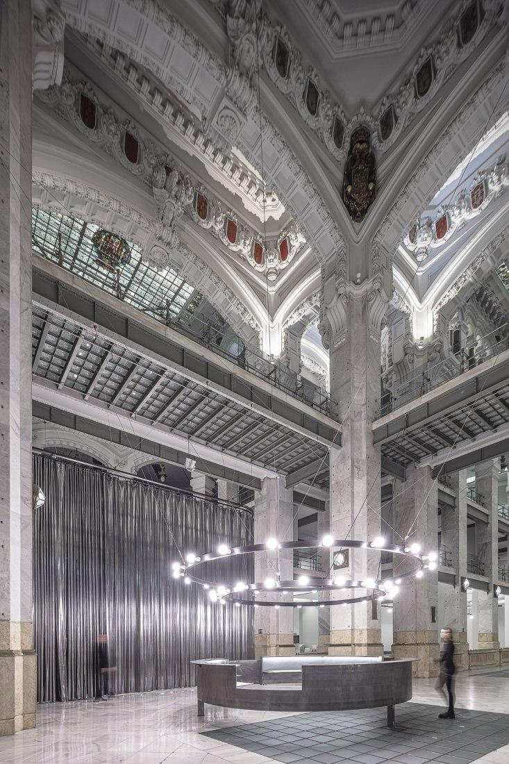 Colgando del Centro por Héctor Fernández Elorza. Fotografía por Montse Zamorano