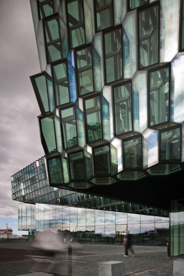 Harpa Concert Hall y centro de conferencias en Reykjavik, Islandia. Diseño: Henning Larsen Architects + Batteries Architects. Fotografía por Nic Lehoux.