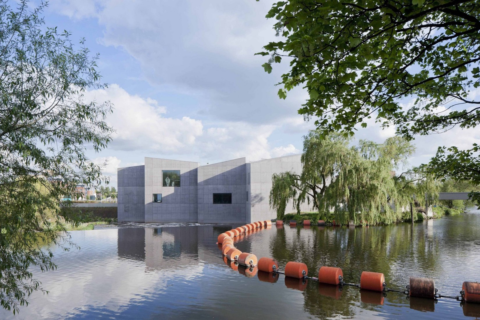 Exterior desde el agua. The Hepworth Wakefield Gallery por David Chipperfield Architects. Fotografía © Iwan Baan