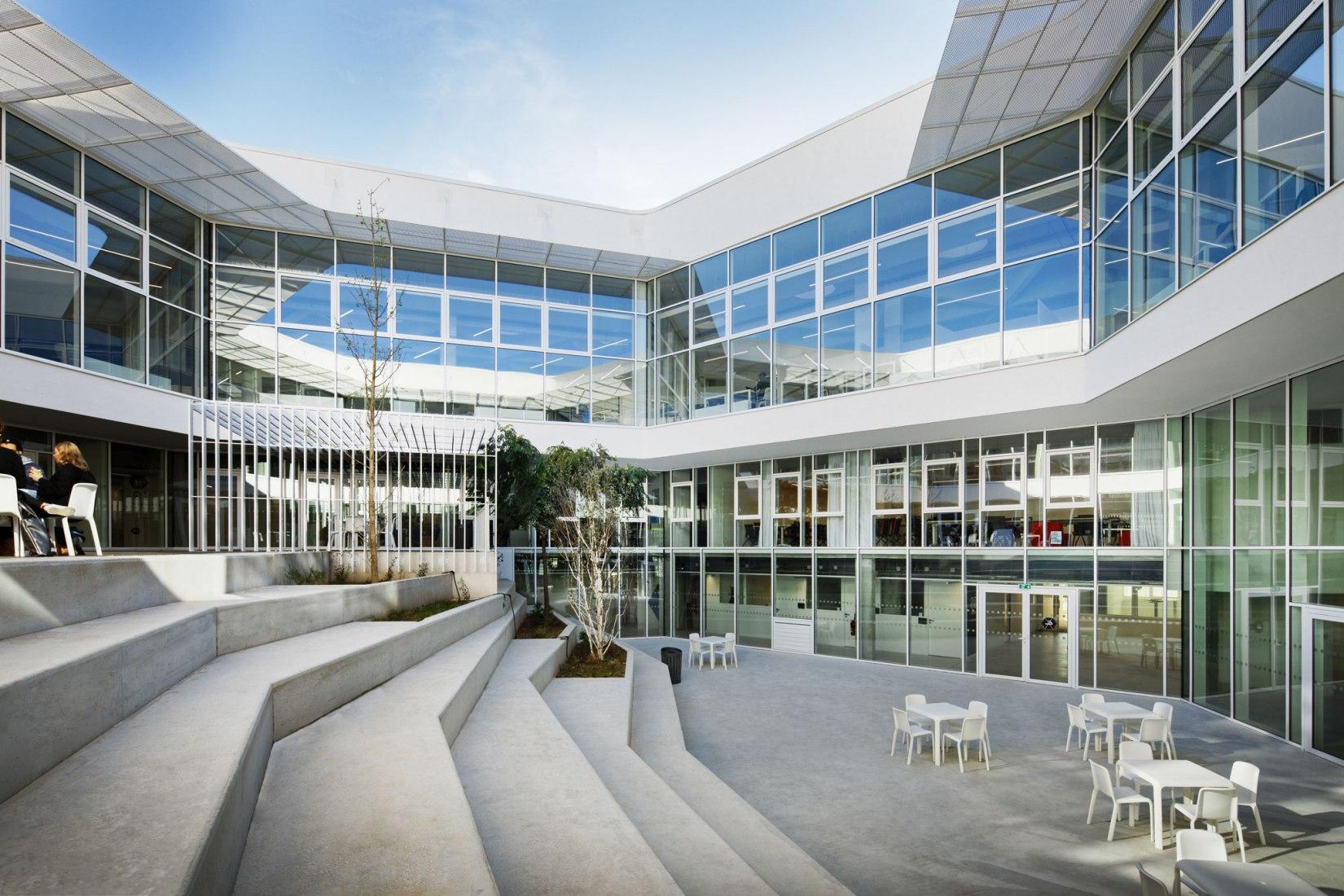 Centro de aprendizaje Hexagone, por Rémy Marciano. Fotografía por Takuji Shimmur.