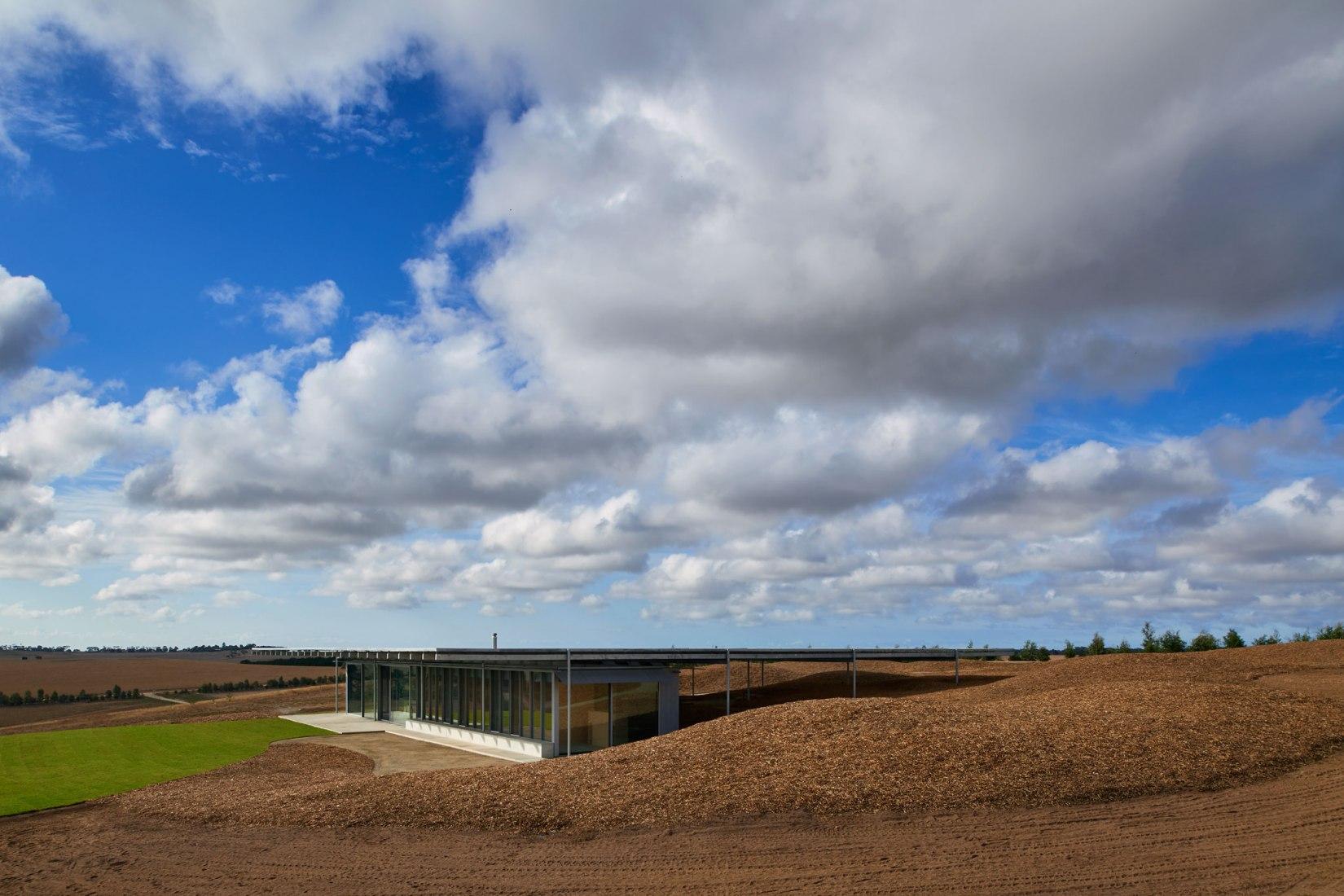 Casa en las colinas por Sean Godsell Architects. Fotografía por Earl Carter.