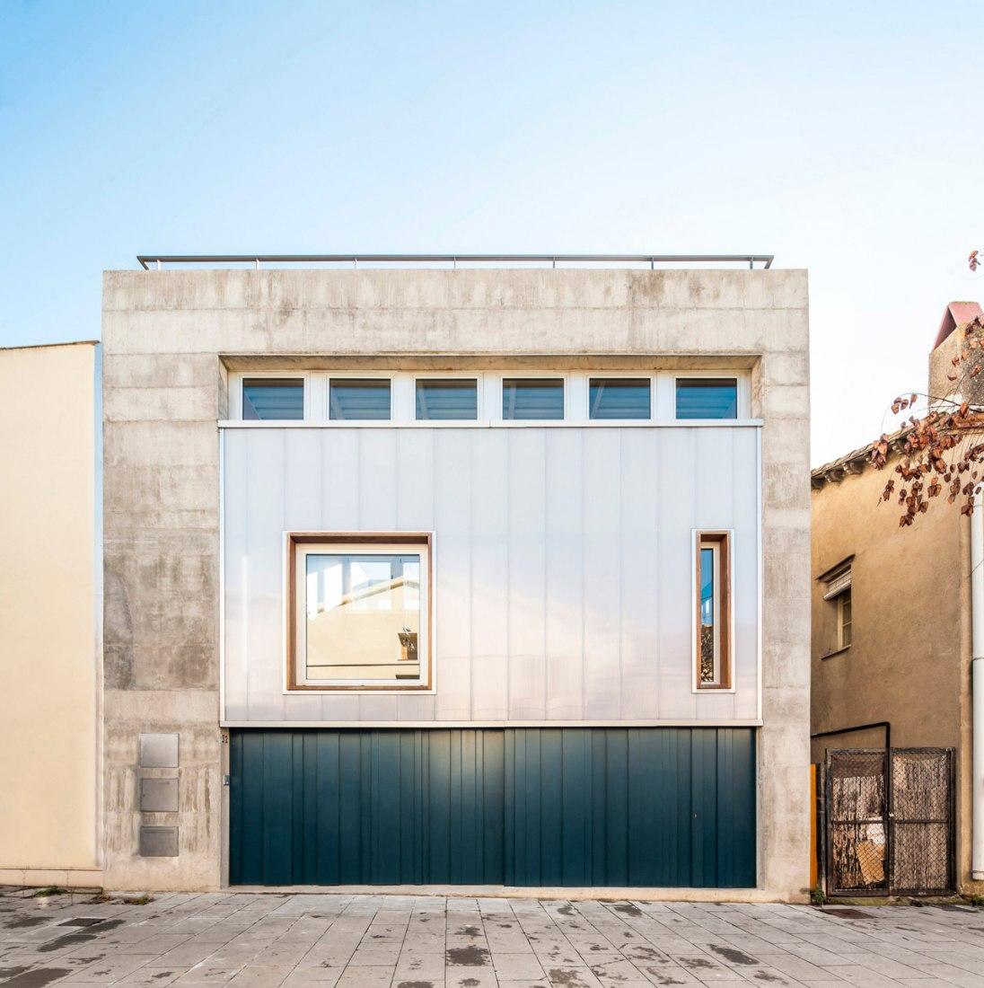 Acceso. Casa Migdia por SAU Taller d'Arquitectura. Fotografía © Andrés Flajszer.