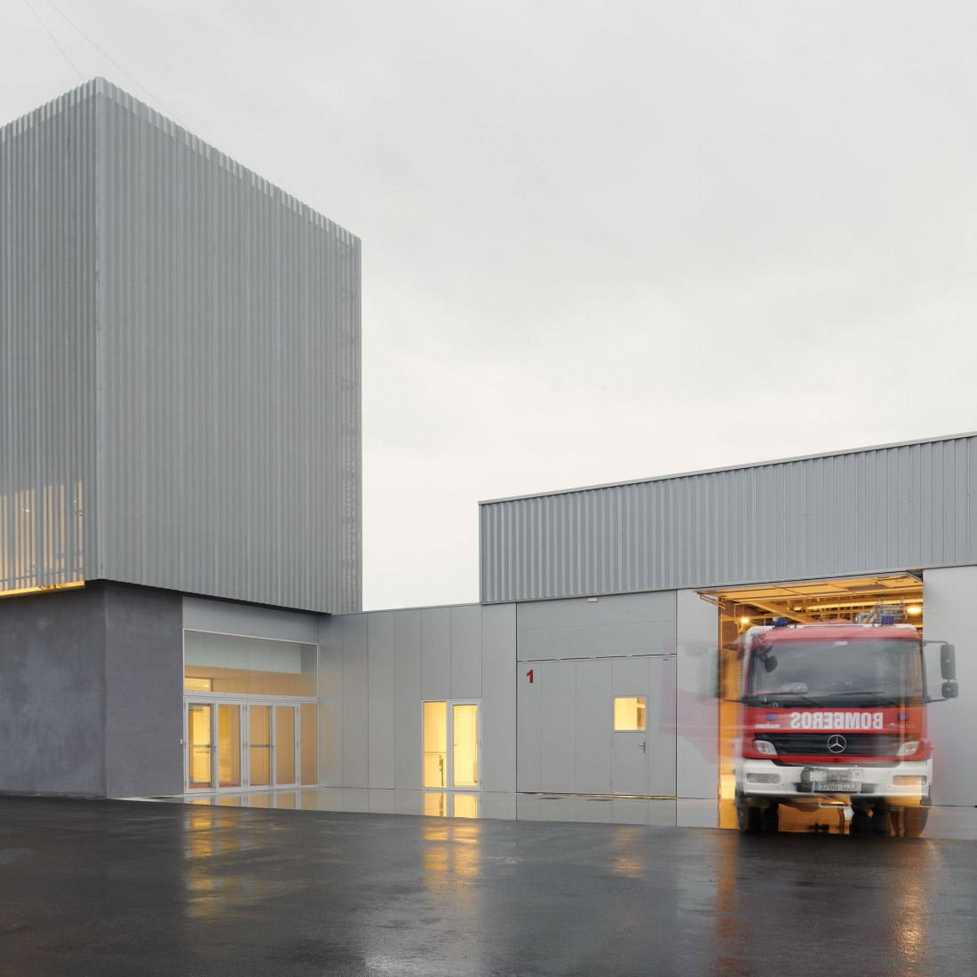 Fire Station nº 4 by IDOM. Photograph by Iñaki Bergera