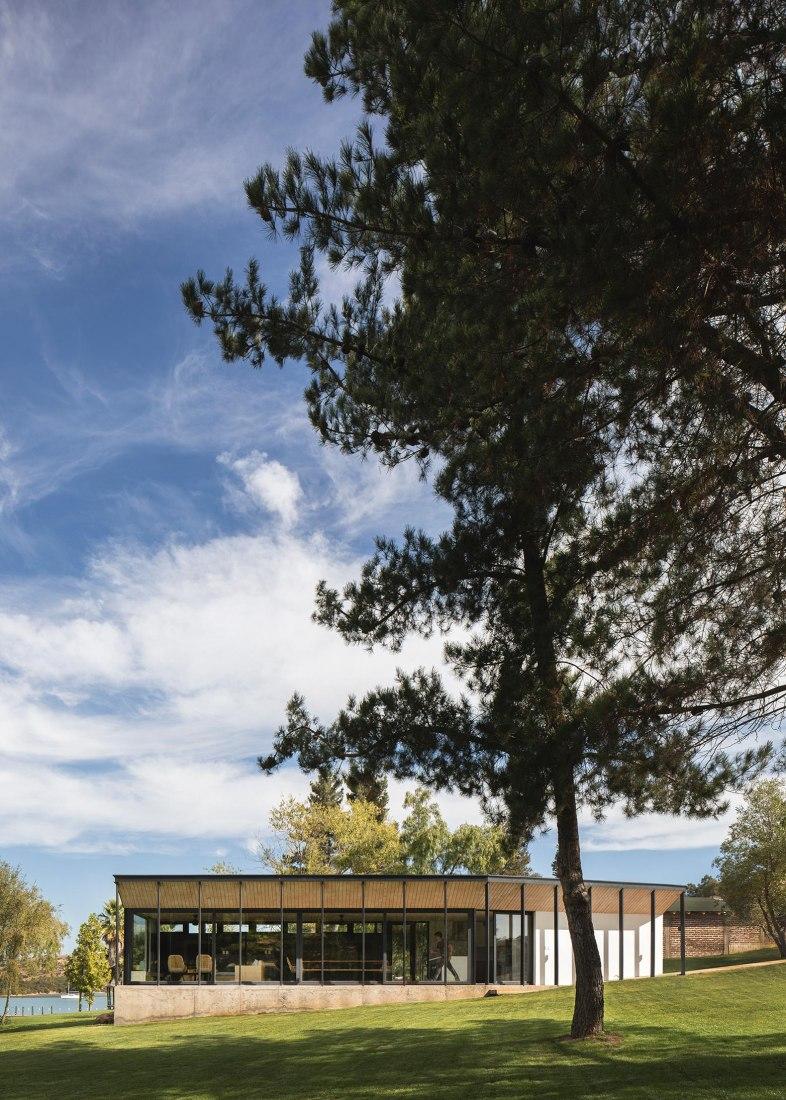 Lake pavilion by Ignacio Correa. Photograph by Pablo Casals Aguirre.
