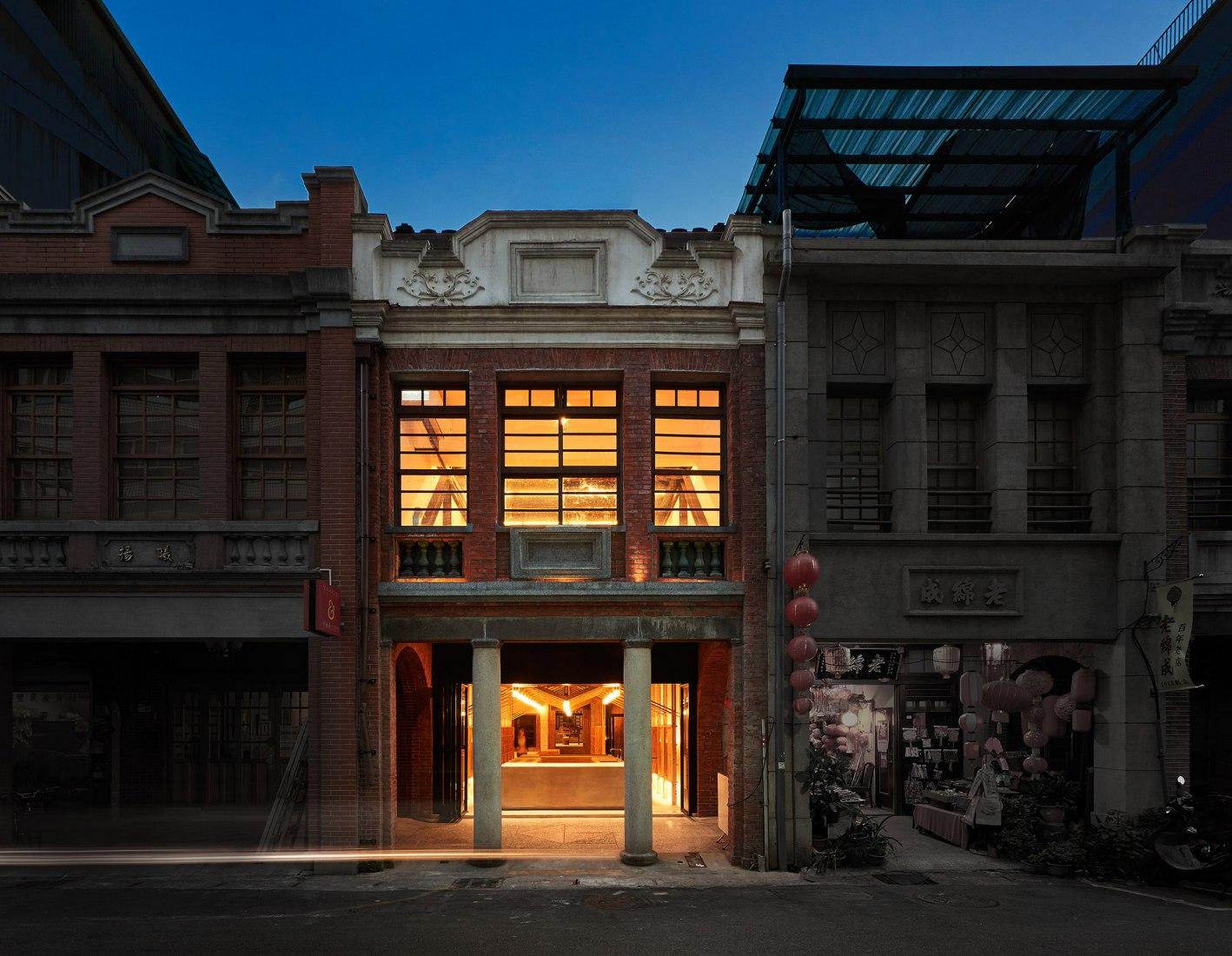 Vista del exterior. Renovación de un antiguo almacén de arroz por B+P Architects. Fotografía © Hey! Cheese