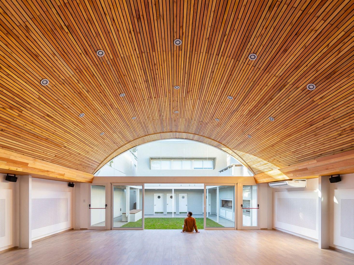 Multipurpose Hall. Santa Fe Surveyors Professional Association by Irigoyen Navarro Arquitectos. Photograph by Ramiro Sosa