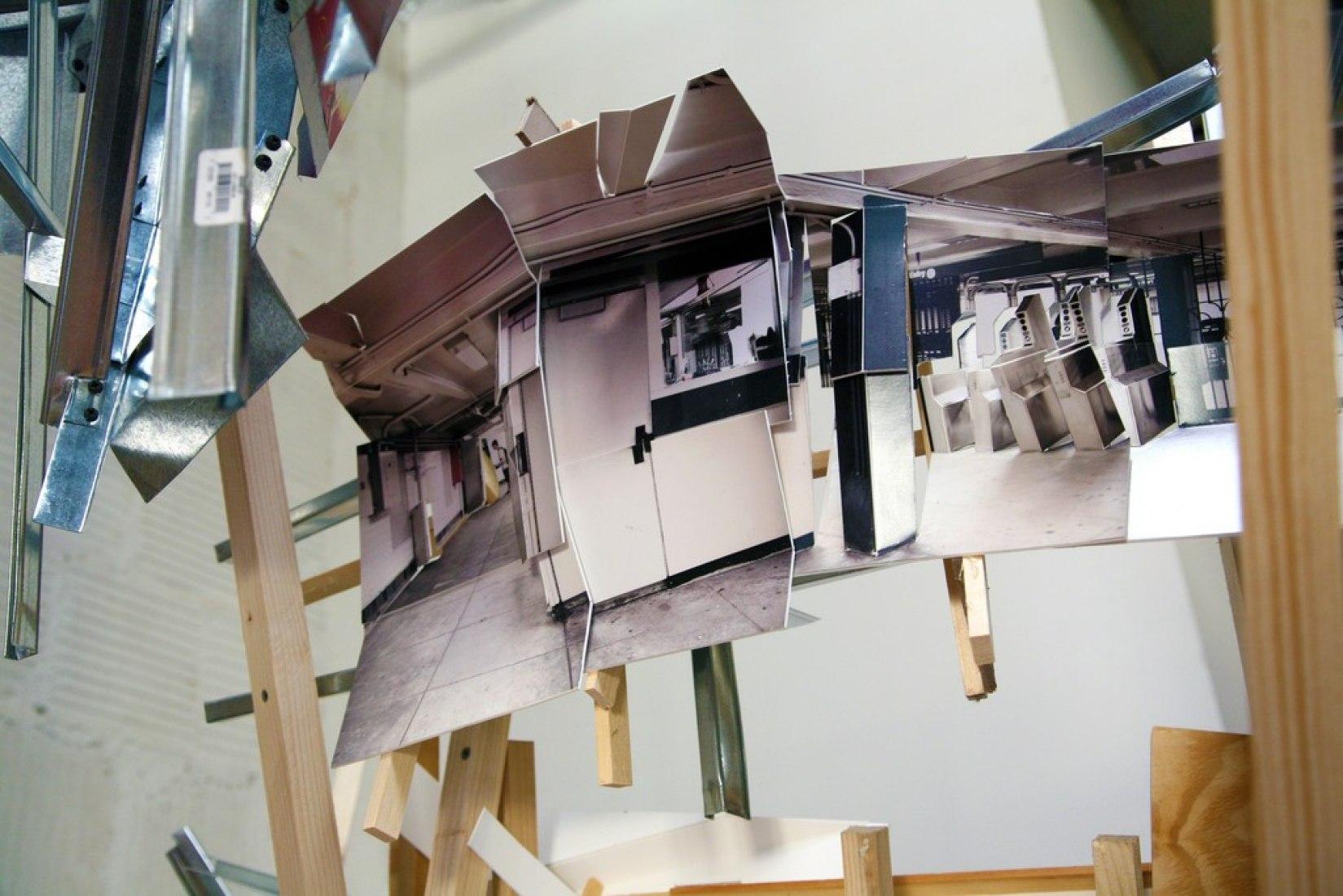 Por encima y por debajo de L-Train por Isidro Blasco. Fotografía © Isidro Blasco. Black & White Gallery / Project Space.