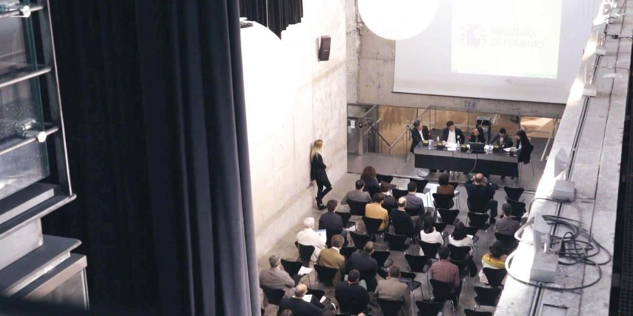 General view of the Assembly Hall of the Aulario de Nuevos Ministerios, during a discussion table at the III Congress Pioneers of Modern Spanish Architecture. Image courtesy of the Alejandro de la Sota Foundation.