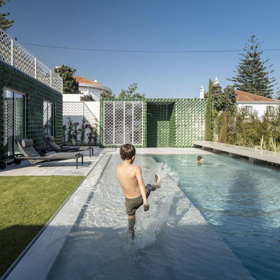Casa Restelo AD25 por João Tiago Aguiar. Fotografía por Fernando Guerra | FG+SG