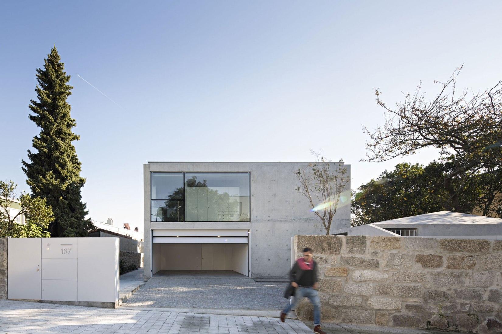 Entrance. House in Serralves by João Vieira de Campos. Photograph by Nelson Garrido
