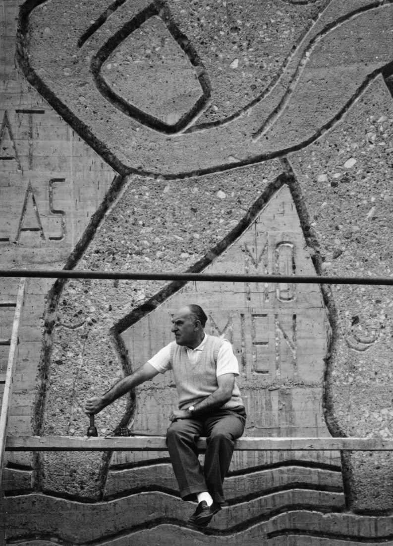 Joaquín Vaquero Palacios working on the reliefs of the access to the power station of Miranda, h. 1962.