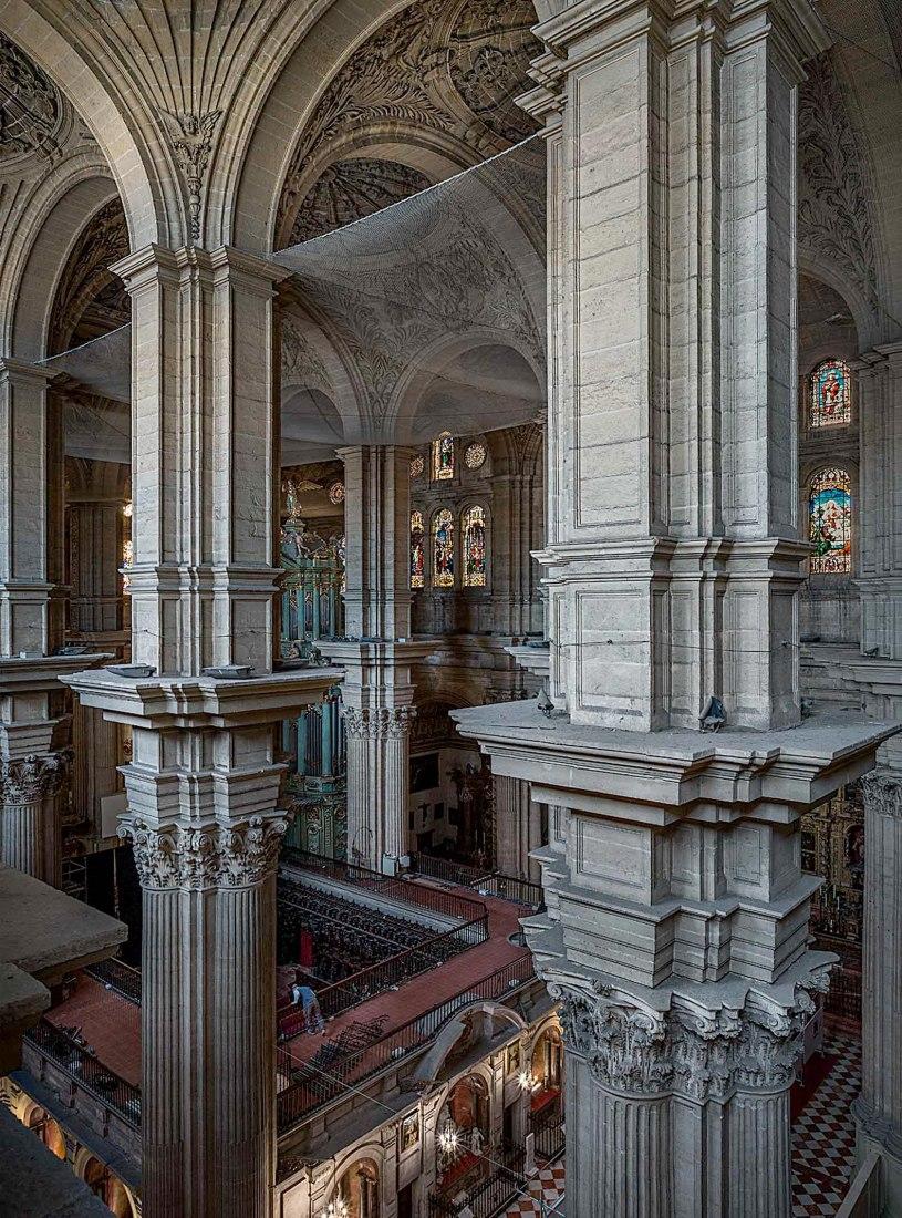 Mástiles y redes. Desde la cornisa a los pies de la catedral, por Joaquín Bérchez