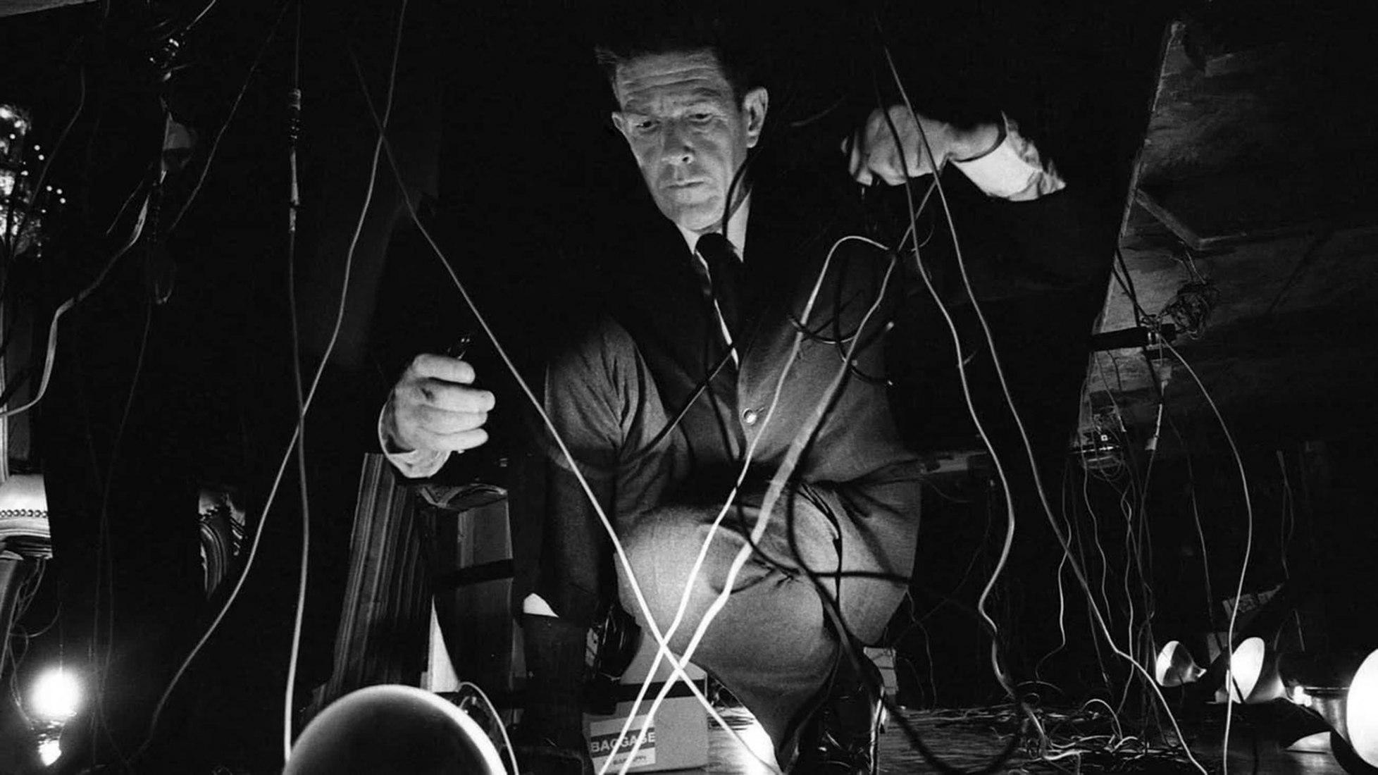 John Cage durante su concierto de 1966 en la inauguración de la National Arts Foundation en Washington. Fotografía por Rowland Scherman