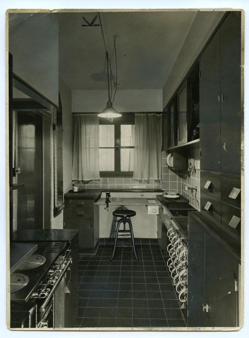Cocina de Frankfurt – Vista General 1927. Cortesia por Universität für angewandte Kunst, Wien,  © Kunstsammlung und Archiv