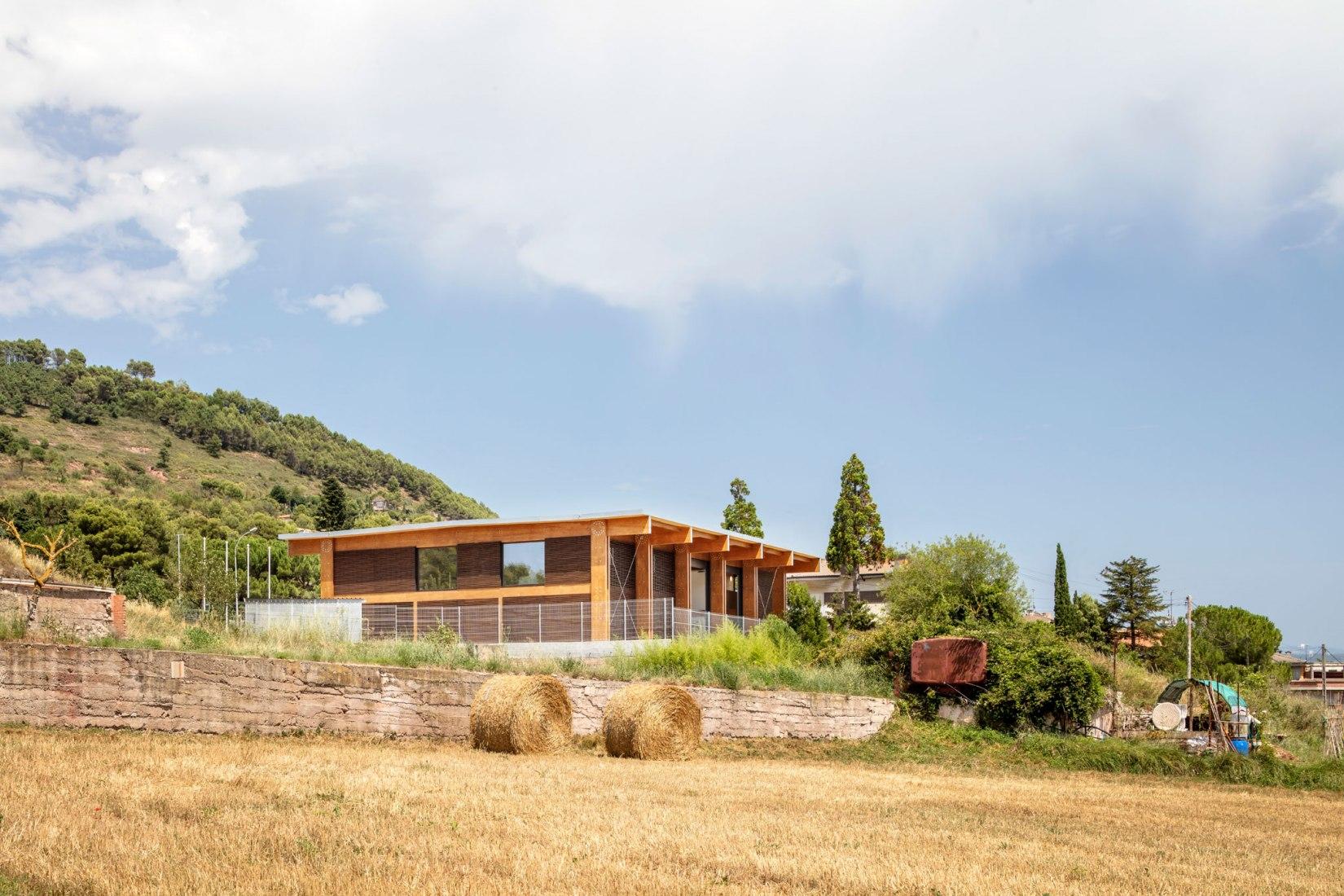 Parque de bomberos en Moià por Josep Ferrando Architecture, Pedro García Hernández, Mar Puig de la Bellacasa, Manel Casellas. Fotografía por Adrià Goula