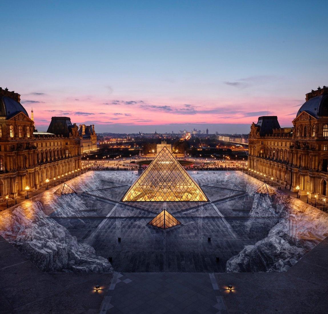 Vista nocturna de la creación realizada por artista JR en la Pirámide del Louvre, por su 30 cumpleaños