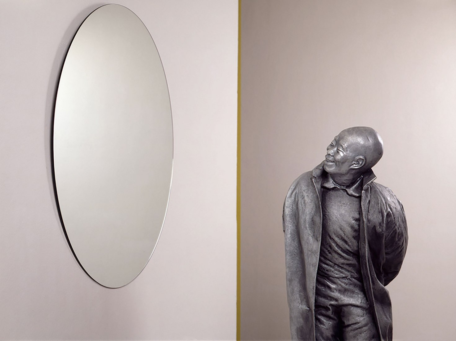 Juan Muñoz. Chino mirándose en espejo redondo, 1999. Figura: 142 x 48 x 43 cm | 56 x 19 x 17 in. Espejo: 90 cm | 35 ½ in diámetro. Espejo y resina de poliéster.