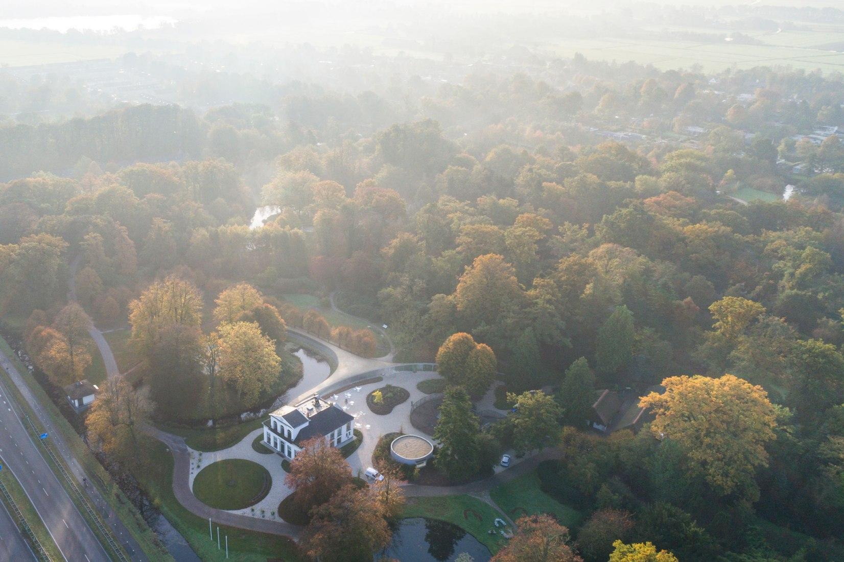 Overview pavilion. Park Groot Vijversburg by STUDIO MAKS / Marieke Kums & Junya Ishigami + Ass. Photograph © Iwan Baan
