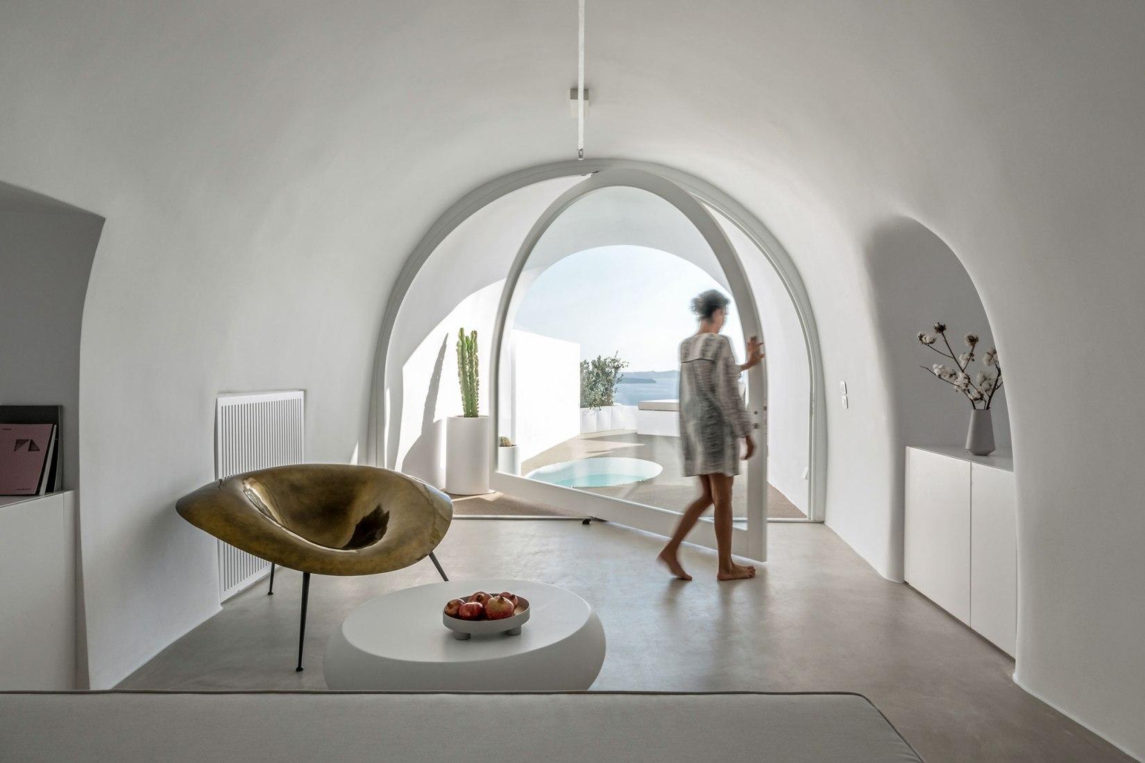 Saint Hotel en Oia por Kapsimalis Architects. Fotografía por Giorgos Sfakianakis