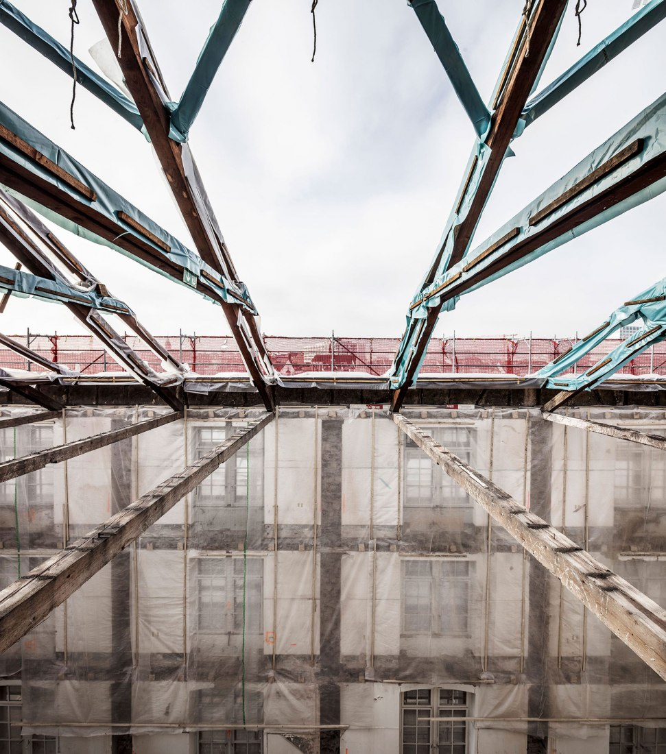 Construction Roof. Kaserne Cultural Center by Focketyn Del Rio Studio. Photograph © Adria Goula.