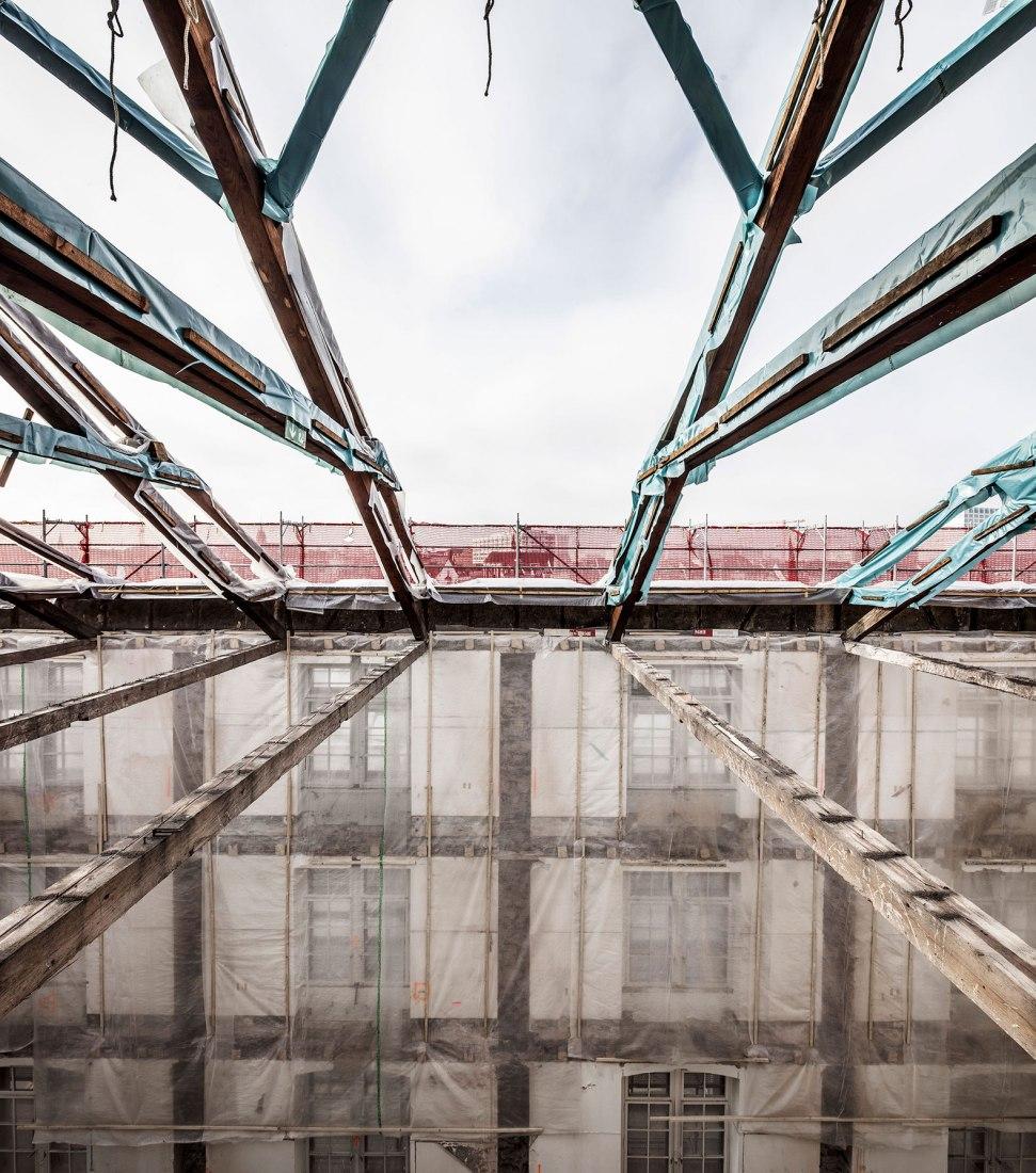 Construcción de la cubierta. Kaserne Cultural Center por Focketyn Del Rio Studio. Fotografía © Adria Goula.