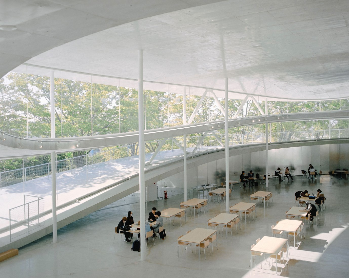 Edificio de la facultad de artes y ciencias de la Universidad de Artes de Osaka por Kazuyo Sejima. Fotografía por Mengzhu Jiang