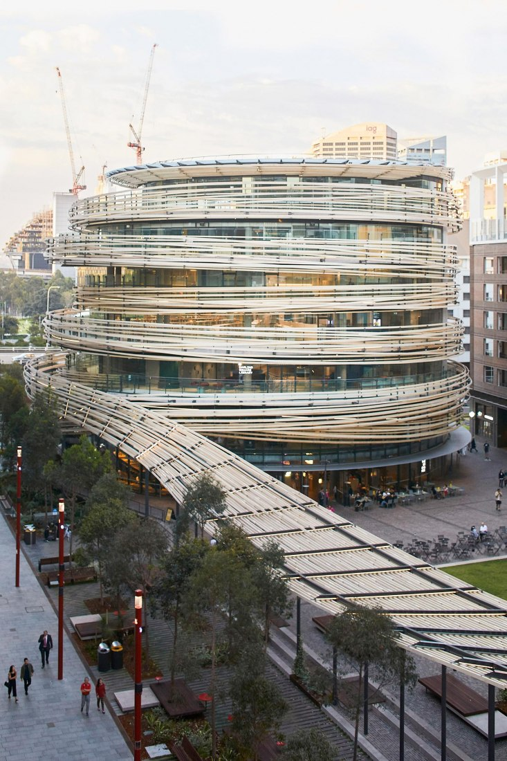 Centro cívico The Exchange por Kengo Kuma. Fotografía por Martin Mischkulnig