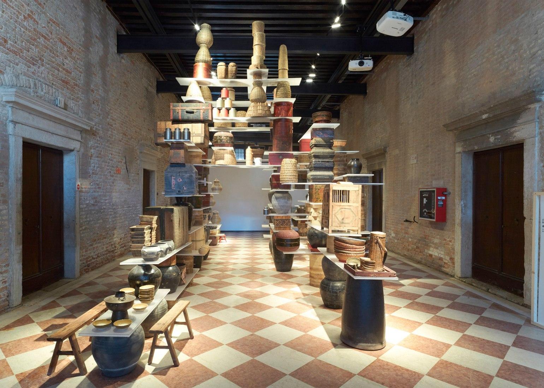 Cocina flotando por Kengo Kuma. Bienal de Venecia de arquitectura 2016. Fotografía © Julien Lanoo.