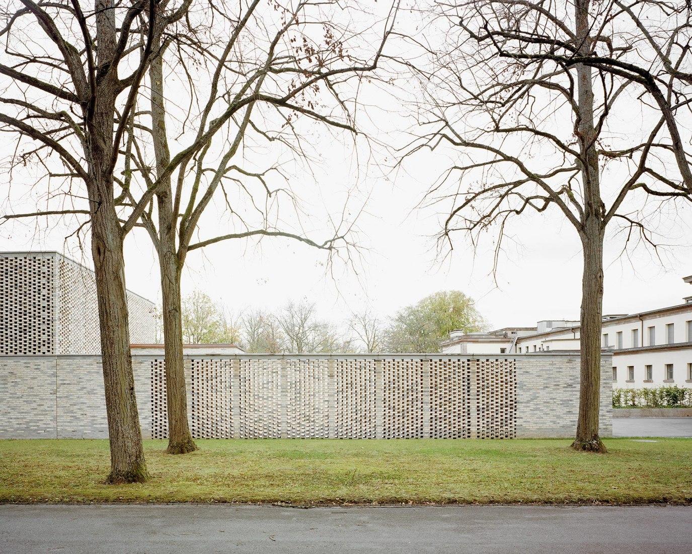 Vista exterior. Nuevo Crematorio en el Cementerio Hörnli por Architekturbüro Garrigues Maurer GmbH. Fotografía © Ariel Huber, Rasmus Norlander