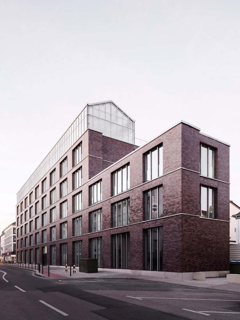 Edificio administrativo con invernadero en la azotea por Kuehn Malvezzi. Fotografía por Hiepler, Brunier