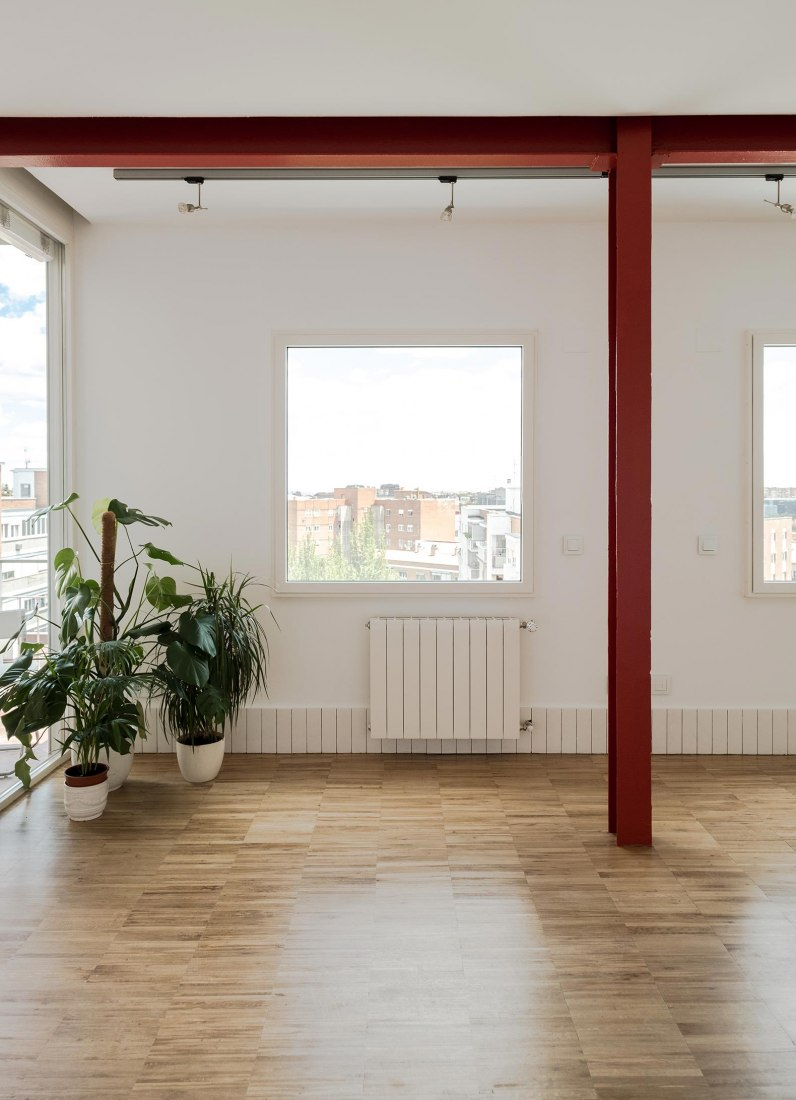 Two red beams to renovate an apartment by La Troupe. Photograph by Jorge López Sacristán