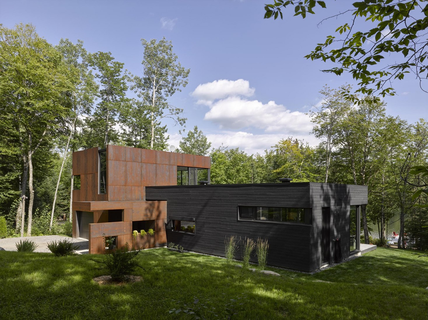 Vista exterior. Casa en el Lago Charlebois por Paul Bernier. Fotografía por James Brittain