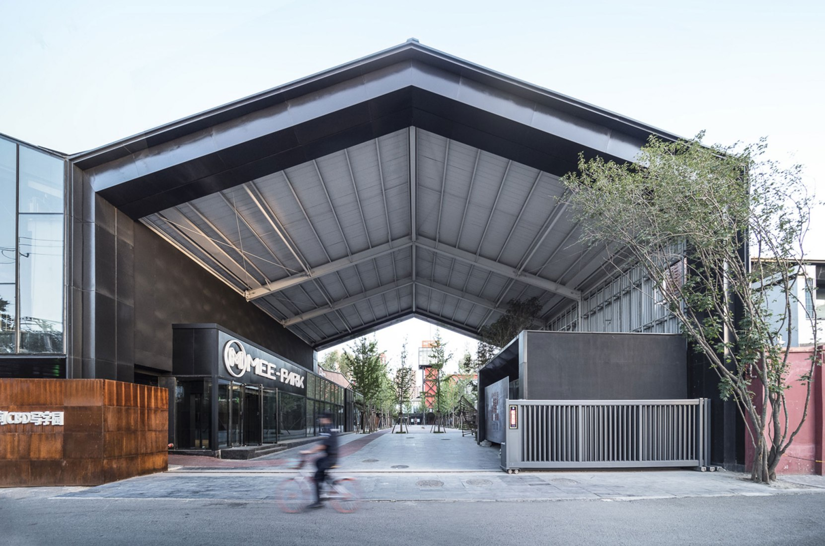 Vista exterior. MeePark CBD, la conversión de un almacén industrial en un lugar para eventos por Latitude Architectural Group. Fotografía por Héctor Peinador