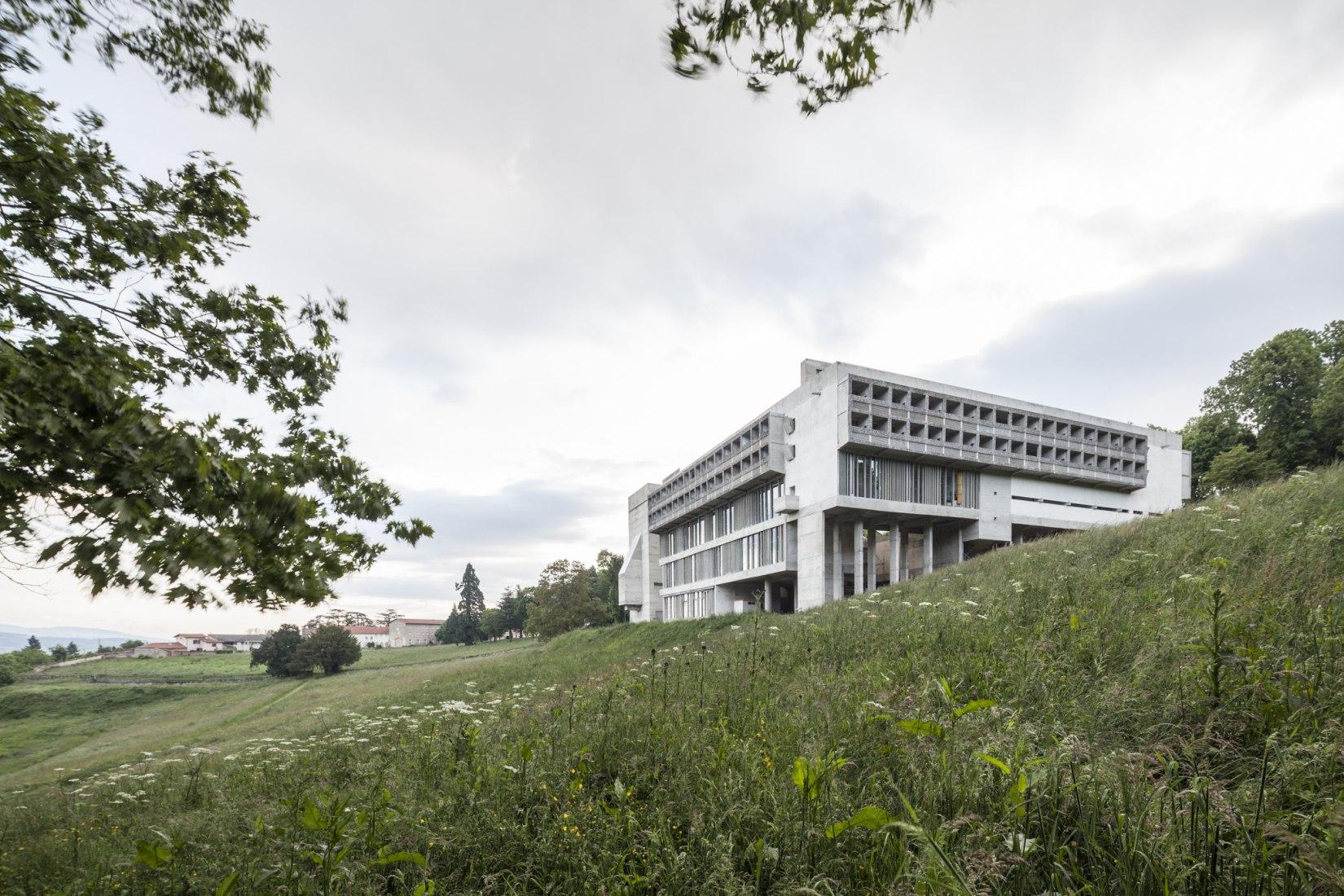 Vista exterior. Convento Sainte Marie de la Tourette por Le Corbusier. Fotografía © Montse Zamorano.