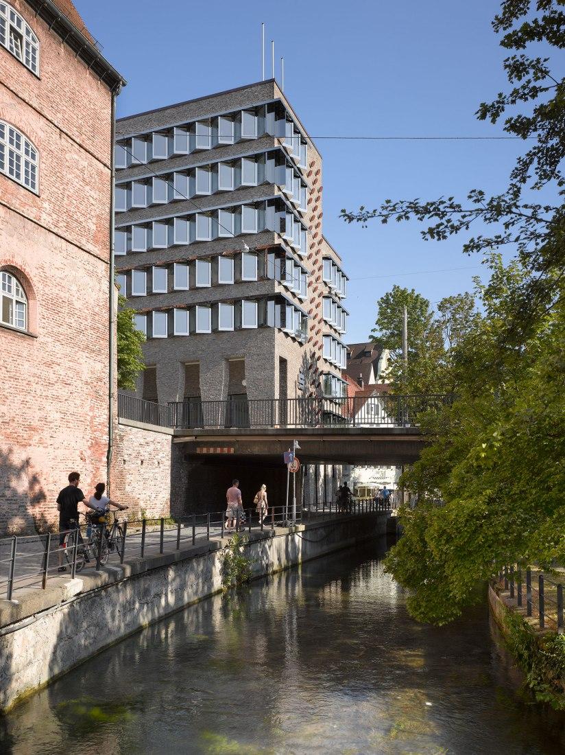 Sparkasse Ulm por Lederer Ragnarsdóttir Oei. Fotografía por Roland Halbe
