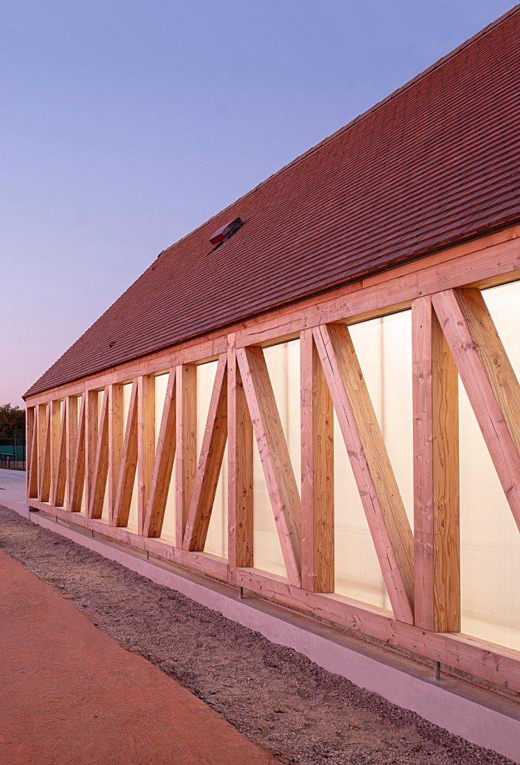 Cabourg Garden Tennis Club by Lemoal Lemoal Architectes. Photograph by Javier Callejas