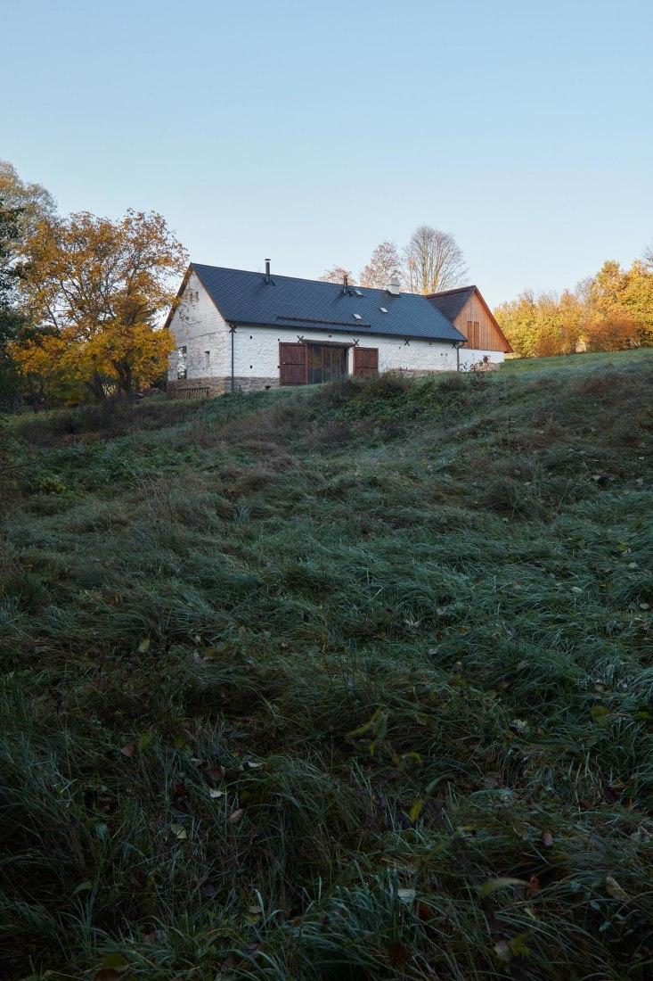 Reconstrucción de una casa de campo en la región Sur de Bohemia. Dos casas, ciervos y árboles por Lenka Míková. Fotografía © BoysPlayNice