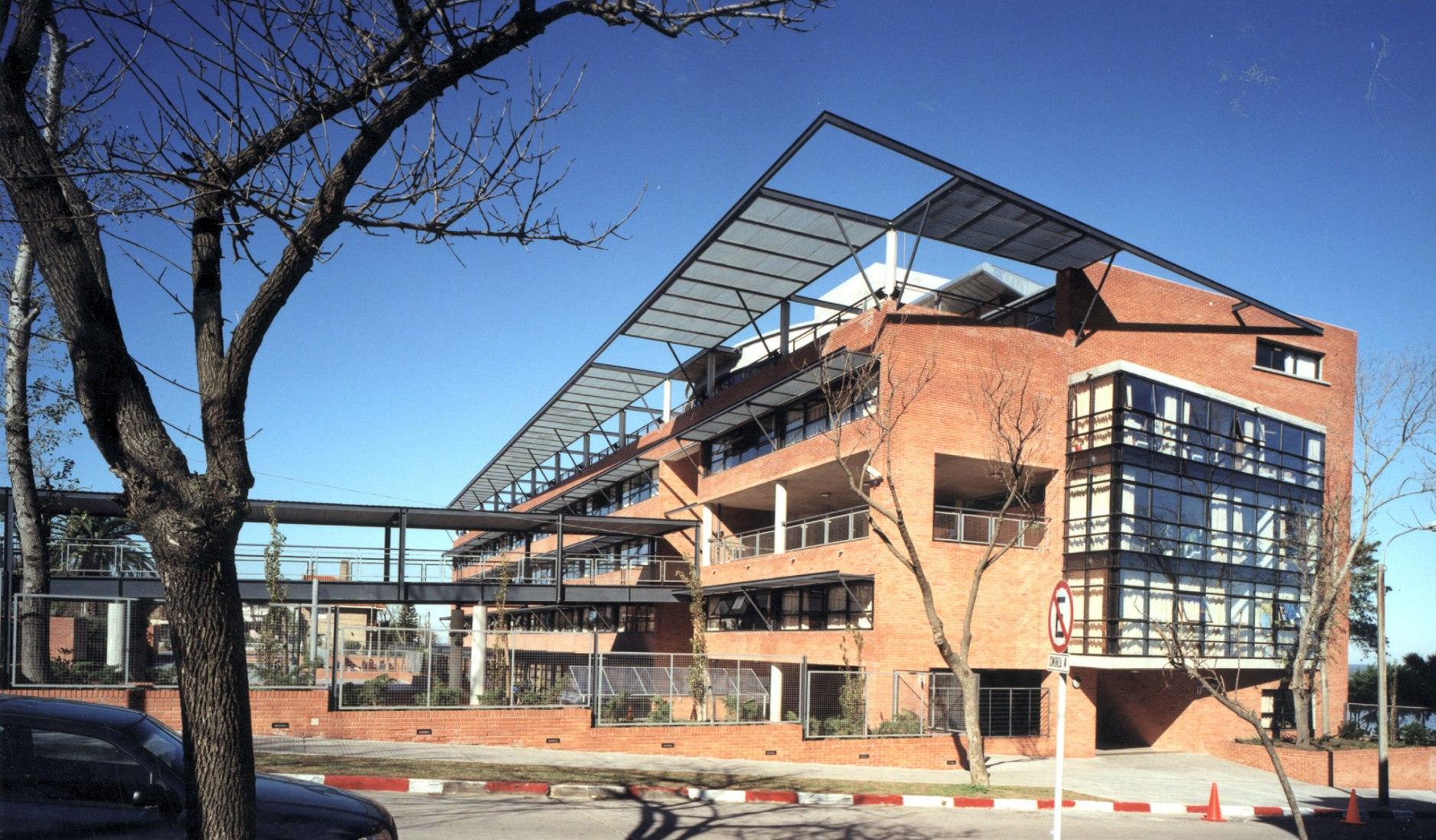 Liceo Francés Jules Supervielle por Rafael Lorente, Jorge Gibert y Fernando Giordano. Fotografía por César Loustau.