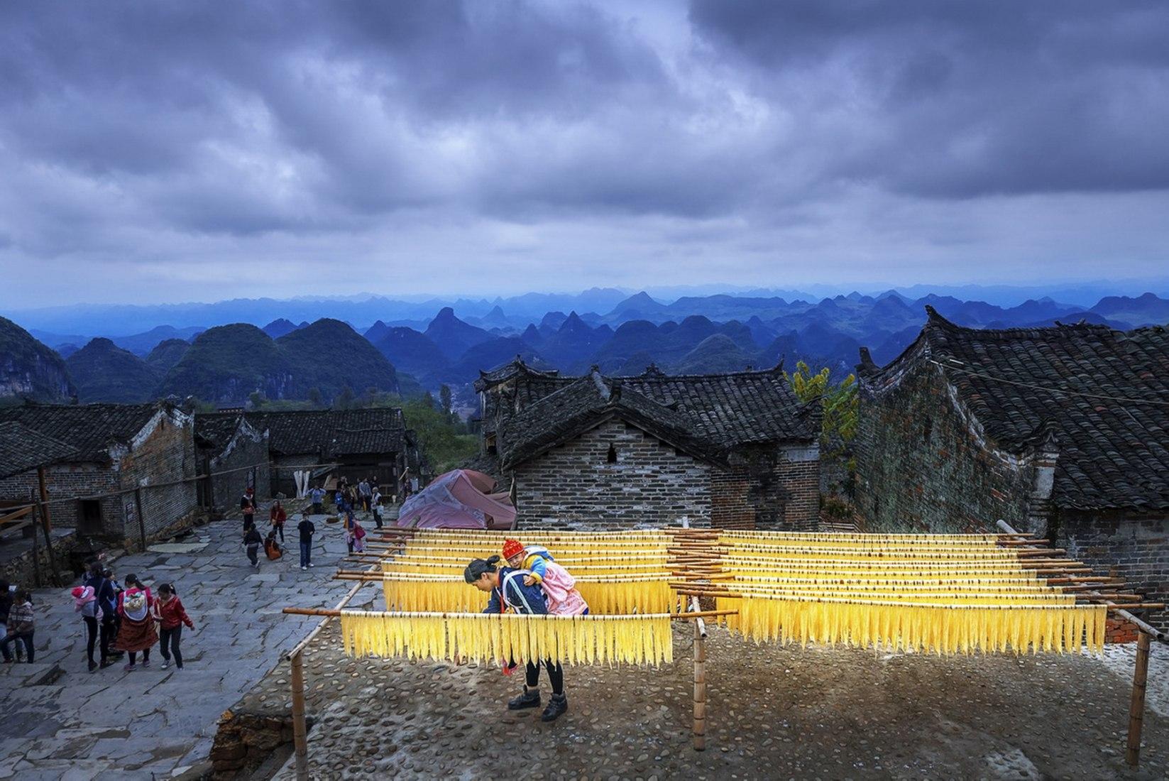 El olor del campo. Secado de plantas. Foto de Tang Daihong. La mujer moderna en China. Asociación Nacional de Fotógrafos de China (CPA). Imagen cortesía Fundación Pons