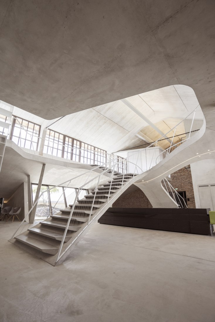 Spatial conections. Loft Panzerhalle by smartvoll. Photograph @ Tobias Colz/smartvoll