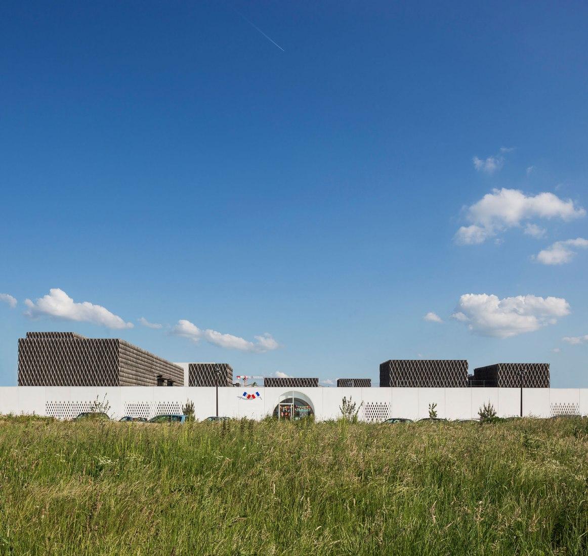 Diseño de una nueva escuela primaria en Montévrain, grupo escolar Louis de Vion, de Vincent Parreira. Fotografía © Luc Boegly