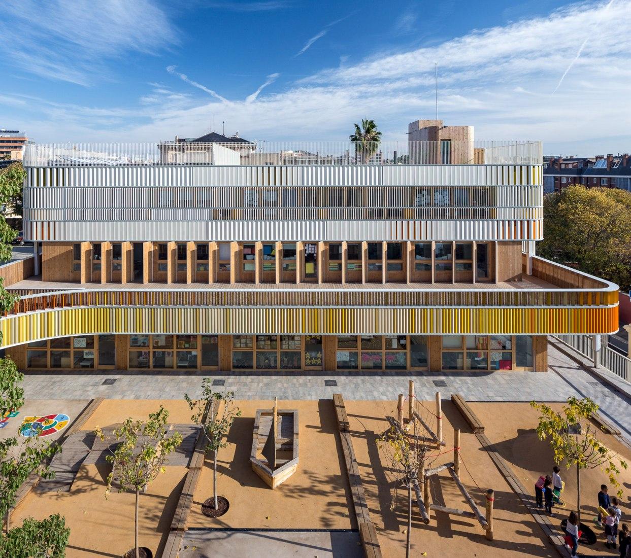 Vista aérea. Lycée Français de Barcelona por b720 Fermín Vázquez Arquitectos. Fotografía © Simón García