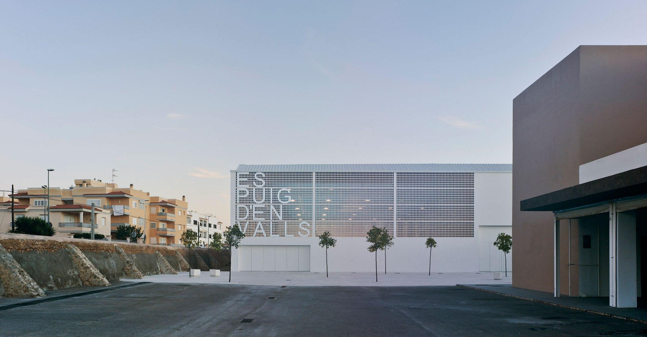 Sports Centre Es Puig D´en Valls by MCEA | Arquitectura. Photograph © David Frutos Fotografía de Arquitectura