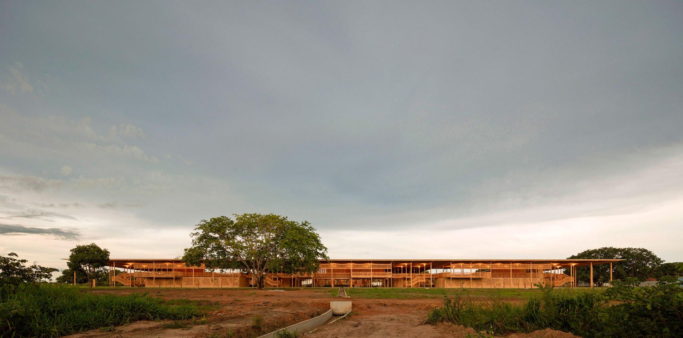 Children Village en Formoso do Araguaia, Tocantins, Brasil por Aleph Zero + Rosenbaum. Fotografía de Leonardo Finotti.