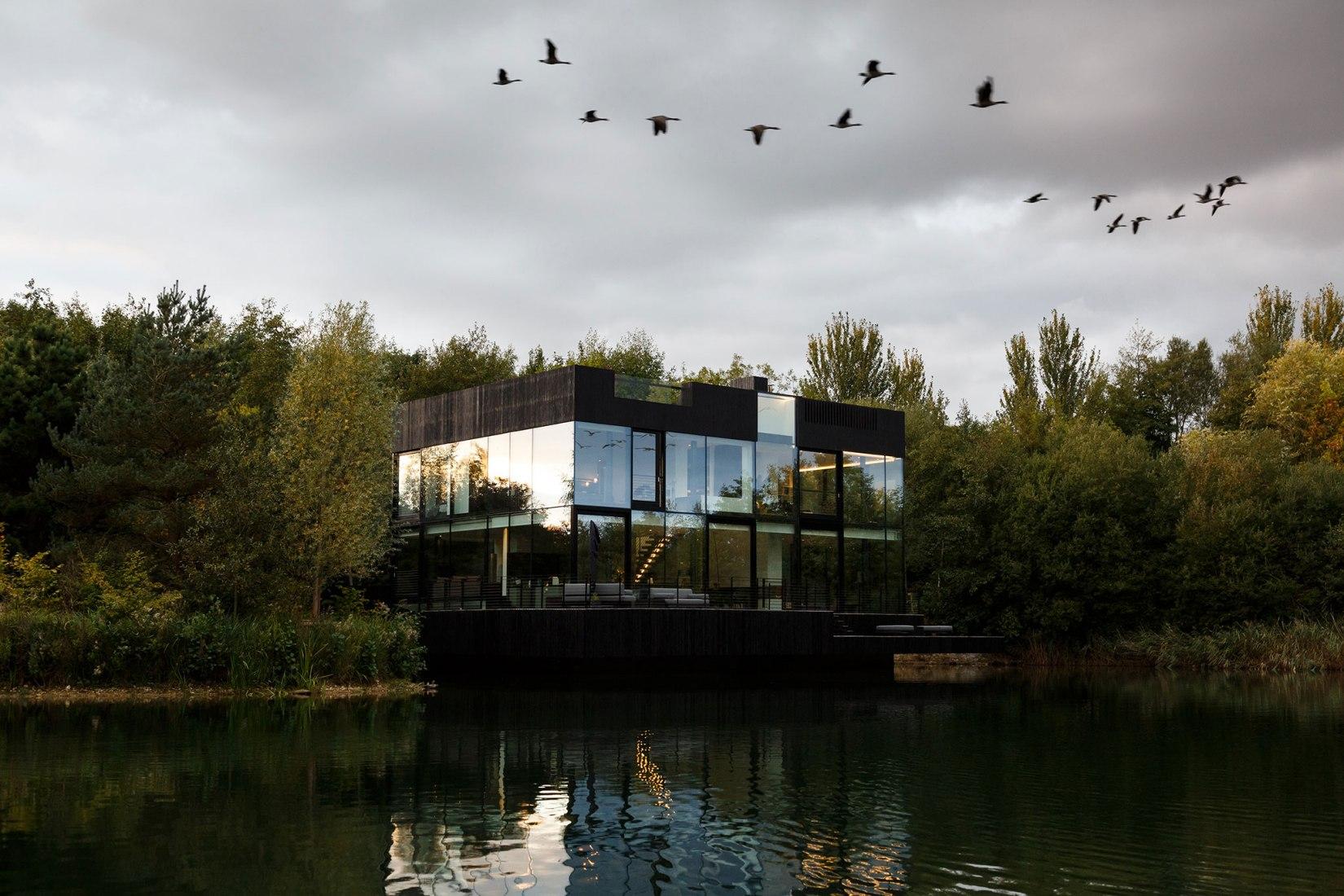 Glass Villa en el lago de Lechlade por Mecanoo architecten. Fotografía por mariashot.photo