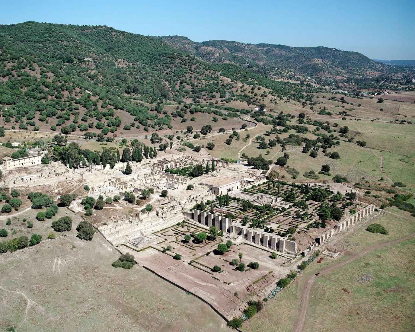 Vista aérea de la ciudad Califal de Medina Azahara. 01/12/2009. Fotografía de M. Pijuán, © Sitio arqueológico Madinat al-Zahra (CAMaZ). Imagen cortesía de UNESCO