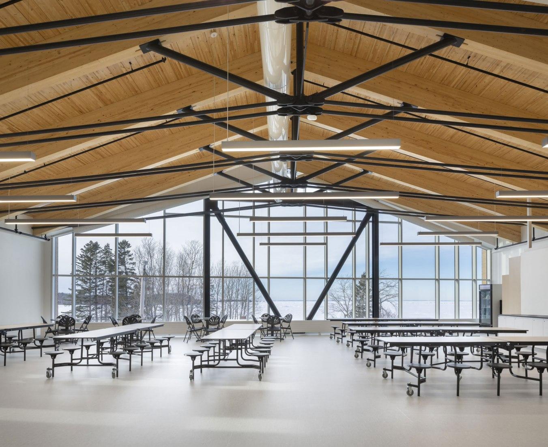 Escuela intermedia Metis Beach por PROULXSAVARD + CCM2 arquitectos. Fotografía por Stéphane Groleau.