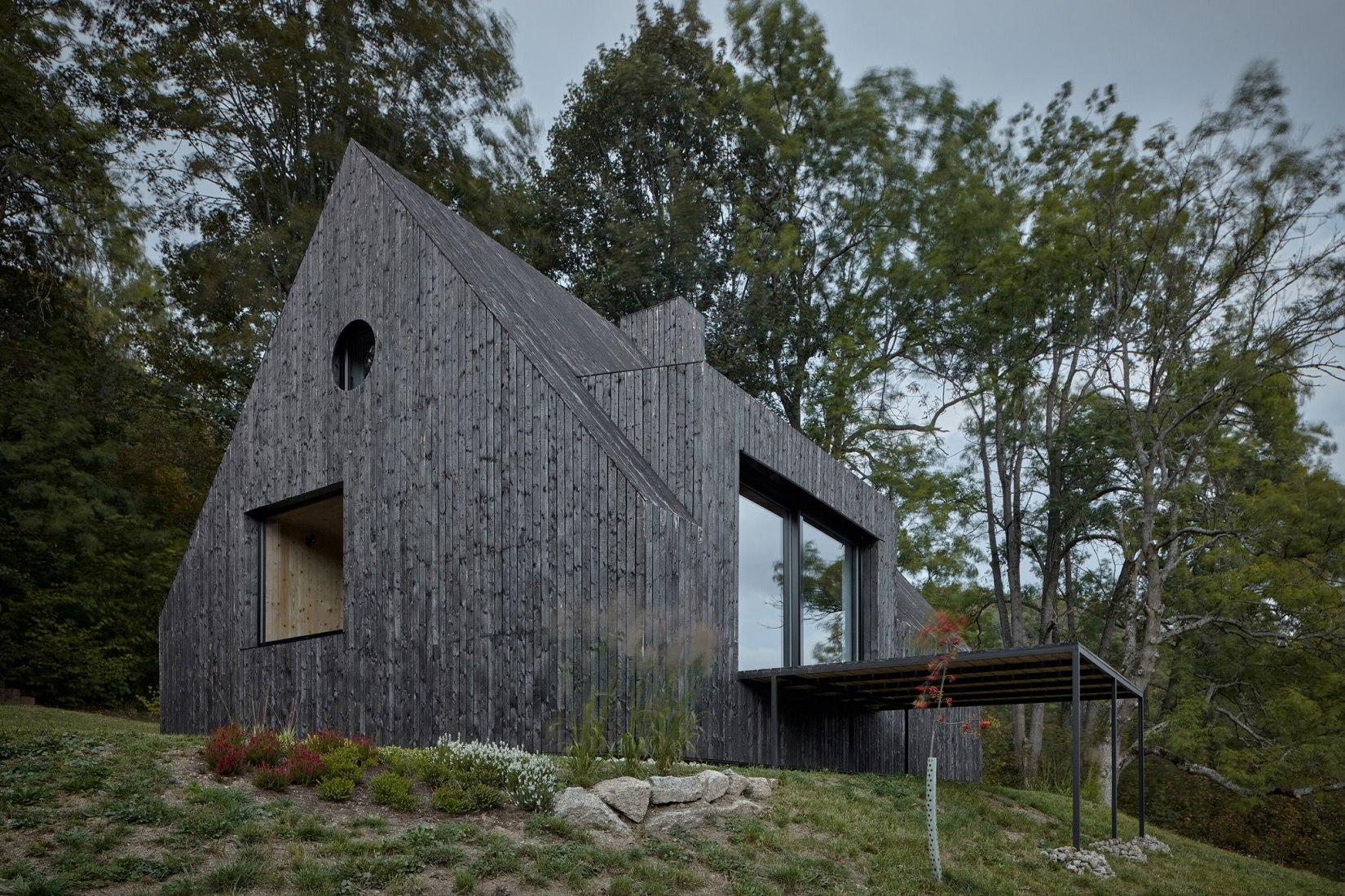 Cottage Pod Bukovou por Mjölk architekti. Fotografía por BoysPlayNice