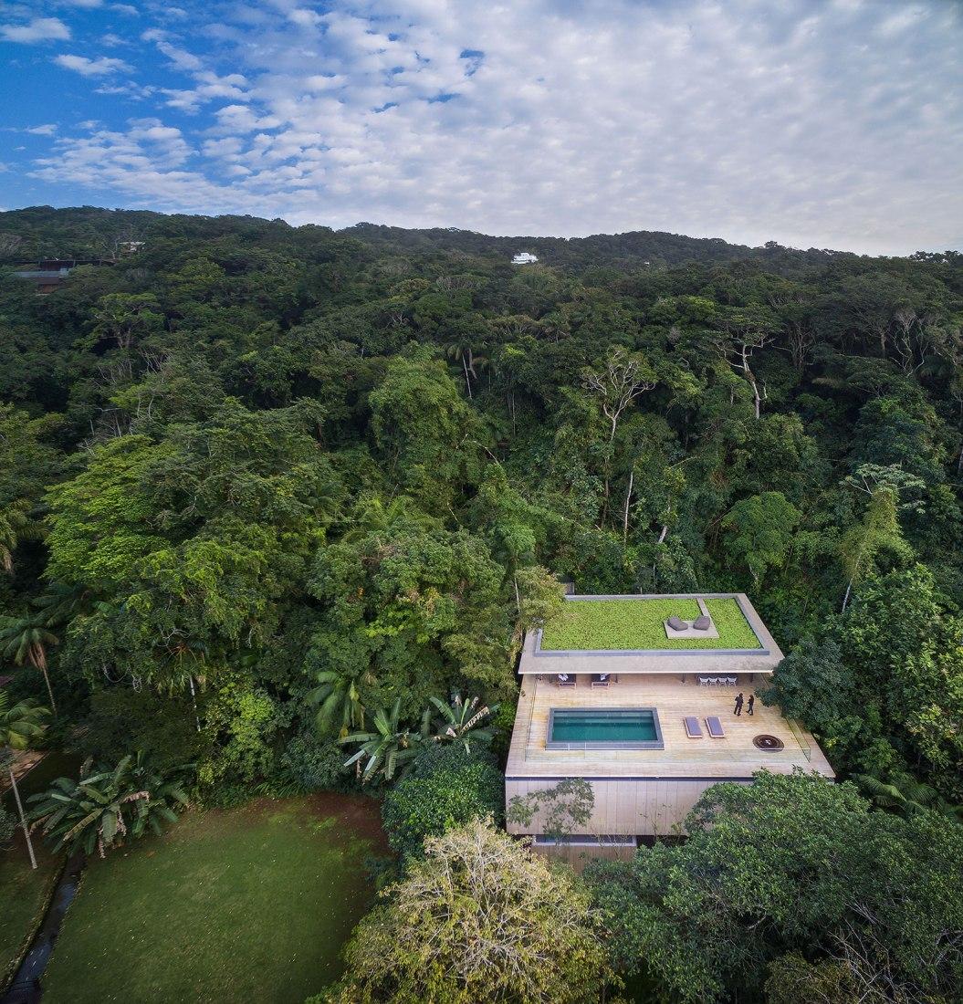 Overview. Jungle House by Studio mk27. Guarujá, Brazil. Photography © Fernando Guerra.