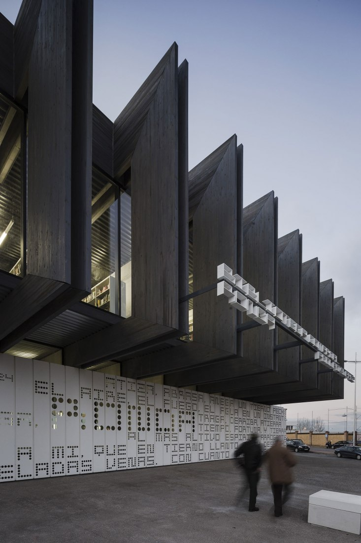 Exterior view. Adolfo Suárez Regional Library by MMiT Architects. Photography @ Fernando Alda